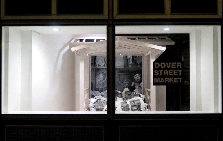 Η βιτρίνα του καλτ πλέον καταστήματος Dover Street Market με έργο του Roger Ballen