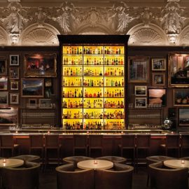 Το κατακίτρινο μπαρ της Berners Tavern φωτίζει εντυπωσιακά τον χώρο (Photo credit: Nikolas Koenig)