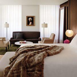 Ατμόσφαιρα σύγχρονης κομψότητας στο υπνοδωμάτιο μιας από τις σουίτες (Photo credit: Nikolas Koenig)