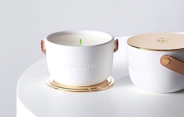 Ένα κερί που μοιάζει με τσάντα; Μια τσάντα που μυρίζει πραγματικά πολύ ωραία; Κάθε κερί συνοδεύεται από τη δική του αρωματική λαβή για εύκολη μεταφορά, κατασκευασμένη από το φυσικό δέρμα σήμα-κατατεθέν του γαλλικού οίκου