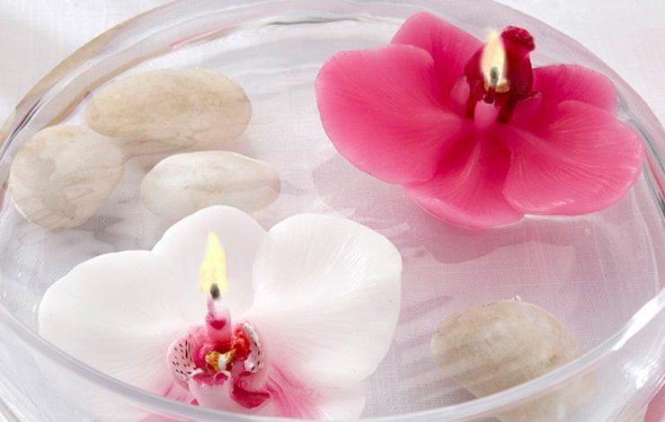 Ορχιδέες, λευκά βότσαλα και λευκά κεράκια για ανάλαφρη διακόσμηση
