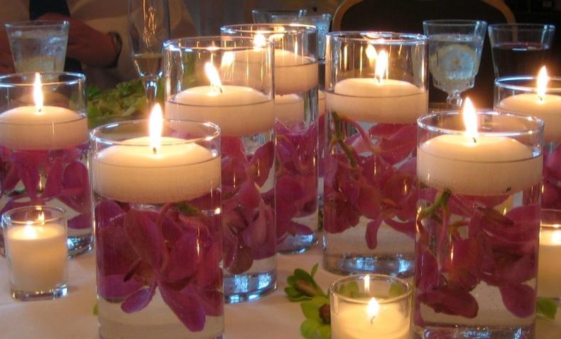 Γεμίστε ποτήρια του νερού με νερό, διαλέξτε τα λουλούδια της αρεσκείας σας και τελειώστε με ένα κεράκι. Υπέροχο ντεκόρ για κάθε τραπέζι