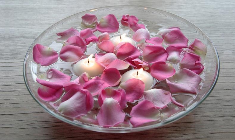 Ρομαντική πινελιά με ροδοπέταλα και επιπλέοντα λευκά κεριά