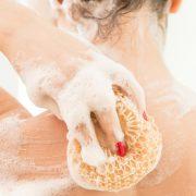 Χρησιμοποιούμε τη λούφα με απαλές, ήρεμες κινήσεις και προσθέτουμε σε κάθε ντους ή μπάνιο συνοδευτικά, ένα ενυδατικό αφρόλουτρο ή αφροντούς για επιδερμίδα λεία και βελούδινη