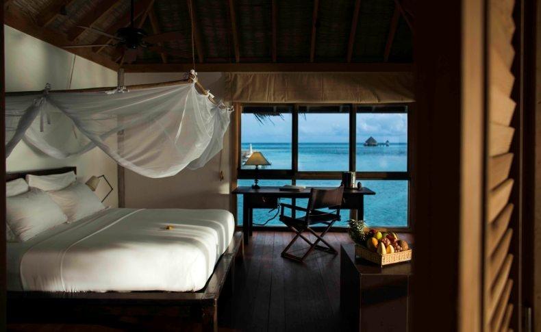 Ένα από τα υπνοδωμάτια που μοιάζει να επιπλέει πάνω στα νερά