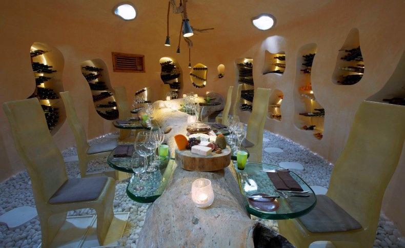 Το Underground Wine Cellar που, όπως λέει και το όνομά του, είναι μία υπόγεια κάβα με 500 ετικέτες επιλεγμένων κρασιών!