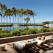 Ξύλινα decks, αναπαυτικές ξαπλώστρες, γαλαζοπράσινα νερά, πανύψηλοι φοίνικες? ένα περιβάλλον για απόλυτη ηρεμία και καλοπέραση.