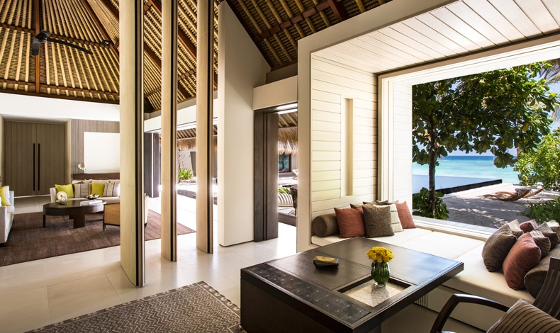 Άποψη από το εσωτερικό μία βίλας με θέα τη θάλασσα, η μοντέρνα αρχιτεκτονική του χώρου δένει αρμονικά με το περιβάλλον.
