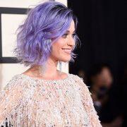 Η Κaty Perry με τη δική της μοβ απόχρωση και καρέ ανάλαφρο χτένισμα
