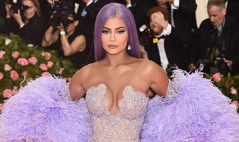 Η Κylie Jenner με μοβ σκούρα μαλλιά και ολόισιο χτένισμα