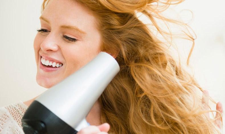 Είναι πασιφανές πως τα βρεγμένα μαλλιά δείχνουν ακόμα πιο άτονα και λεπτά, οπότε ένα καλό στέγνωμα αυξάνει την πυκνότητά τους