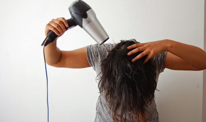 Στεγνώνοντας τα μαλλιά μας με το κεφάλι προς τα κάτω είναι βέβαιο πως θα αποκτήσουν περισσότερο όγκο