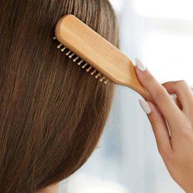 Οι βούρτσες αμφιβόλου προέλευσης και γενικά, τα φθηνά αξεσουάρ μπορούν να επιδεινώσουν την κατάσταση των μαλλιών μας. Χρησιμοποιούμε λοιπόν, βούρτσες με φυσικό τρίχωμα και χτένες από ξύλο, αποκλειστικά.