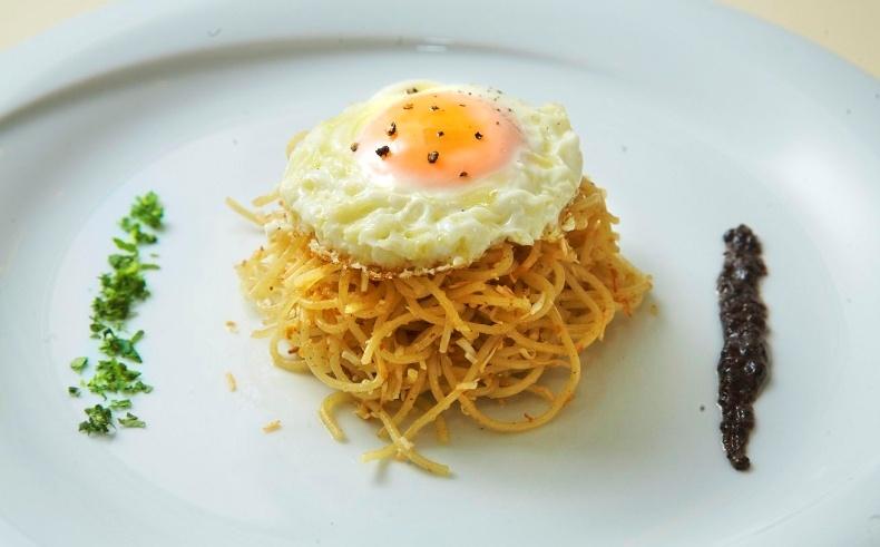 «Τσουχτές» ή απλά χειροποίητα ζυμαρικά με καβουρδισμένη μανιάτικη μυζήθρα, σκεπασμένες με τηγανητό αβγό
