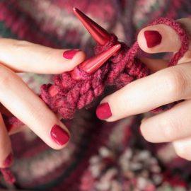 Ακόμη και το πλεχτό ή το βερνίκι των νυχιών παίρνουν χρώμα Marsala