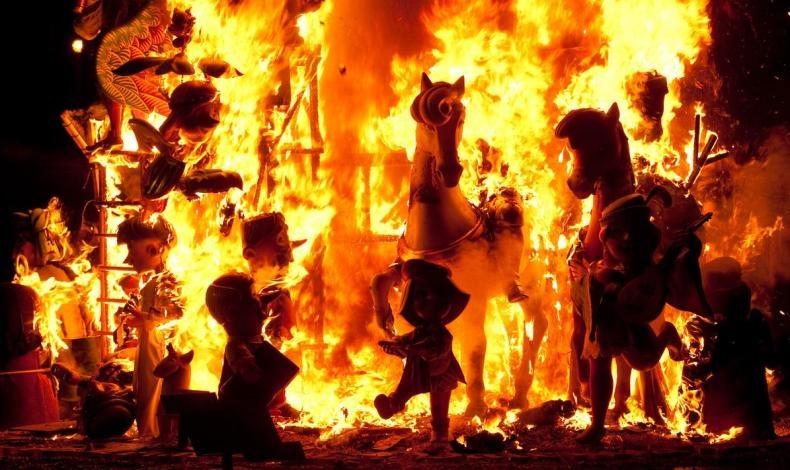 Φιγούρες από παπιέ μασέ γίνονται παρανάλωμα του πυρός!