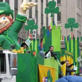 Κόσμος που παρευλάνει στη γιορτή του St. Patrick's Day σε κάθε γωνιά του κόσμου, όπου ζουν Ιρλανδοί