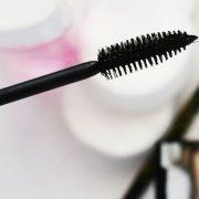 Για να καθαρίσετε το βουρτσάκι της μάσκαρας, βυθίστε το σε ζεστό σαπουνόνερο για λίγα λεπτά. Ξεπλύνετε και στεγνώστε!