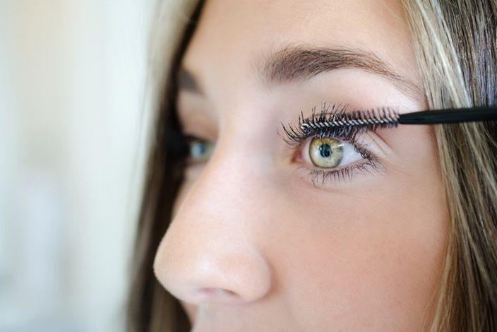 Εάν οι βλεφαρίδες σας μπερδεύονται κατά τη διάρκεια της εφαρμογής μάσκαρα, μπορείτε να τις ξεχωρίσετε βουρτσίζοντας απαλά με το καθαρό βουρτσάκι