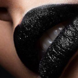 Mαύρο κραγιόν: Πώς να φορέσετε τη μεγαλύτερη τάση για φέτος;