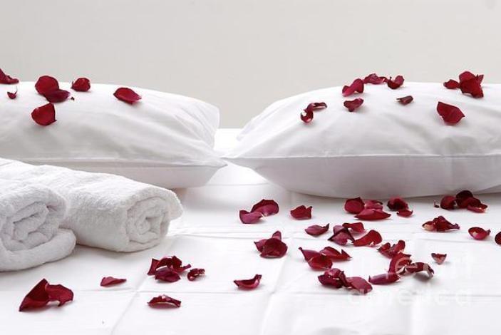 Ροδοπέταλα στα λευκά σεντόνια και στο μπάνιο, τι αισθησιακό! Αρκεί να λάβετε συγκεκριμένα μέτρα γιατί υπάρχουν και απρόοπτα που ούτε καν έχετε σκεφτεί!