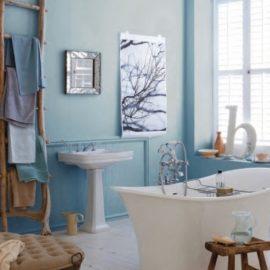 Οι αποχρώσεις των νερών δίνουν ένα στίγμα φρεσκάδας και δροσιάς στο μπάνιο