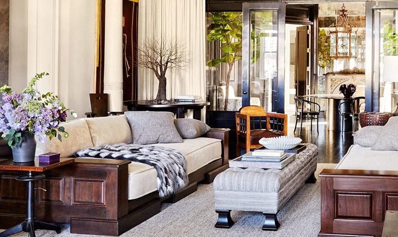Οι 6 κίονες στο σαλόνι αποτελούν κομμάτι της αρχιτεκτονικής. Τα βαριά ξύλινα έπιπλα ταιριάζουν με κρεμ στους τοίχους