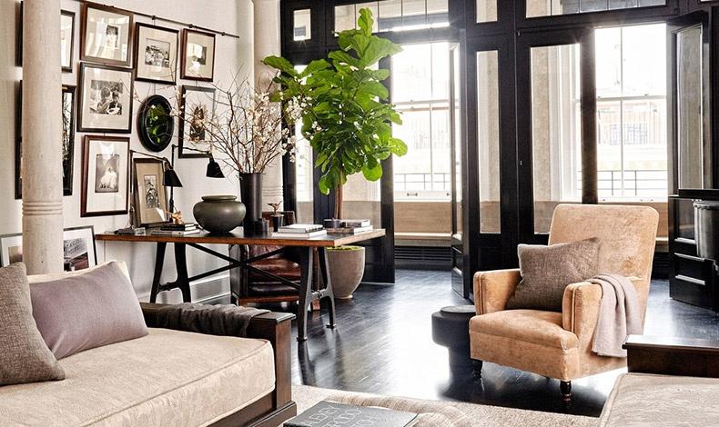 Ένα παλιό ξύλινο τραπέζι, μία σειρά από φωτογραφίες στον τοίχο συνδυάζονται με την αγαπημένη πολυθρόνα της Μεγκ Ράιαν και τον αναπαυτικό καναπέ σε άλλο σημείο του σαλονιού