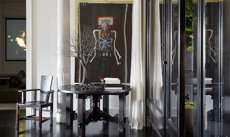 Σε μια γωνία του σαλονιού, ένα έργο του ζωγράφου John Mellencamp «κοιτάζει» ένα Arts and Crafts τραπέζι που πάνω του έχει τοποθετηθεί ένα γλυπτό του Pablo Avilla