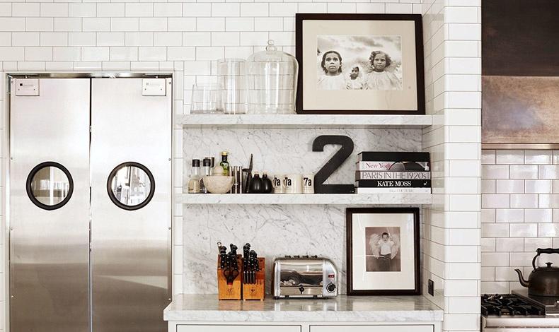 Στα μαρμάρινα ράφια της κουζίνας το βλέμμα τραβάνε δύο έργα από τη φωτογραφική συλλογή της ηθοποιού, μία φωτογραφία του Sebastia?o Salgado και μία φωτογραφία της Annie Leibovitz