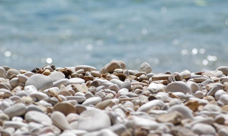 Λευκά βότσαλα, γαλάζια θάλασσα