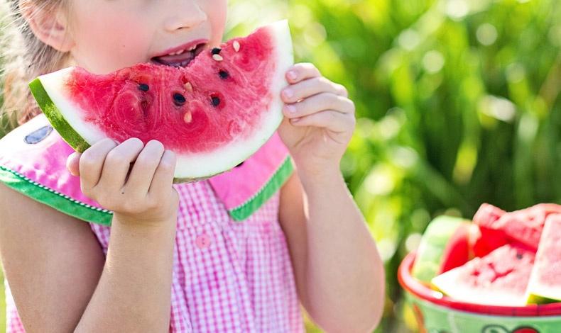 Ζουμερά φρούτα, όπως μία φέτα καρπούζι κάτω από τον ήλιο