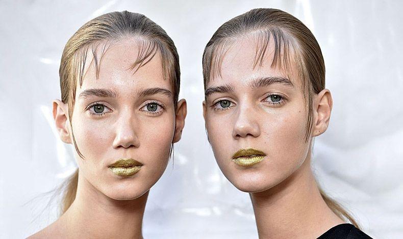 Χρυσαφί μεταλλικές λάμψεις για τα μοντέλα στην πασαρέλα άνοιξη-καλοκαίρι 2017 Prada