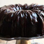 «Μεθυσμένο» κέικ σοκολάτας με γλάσο
