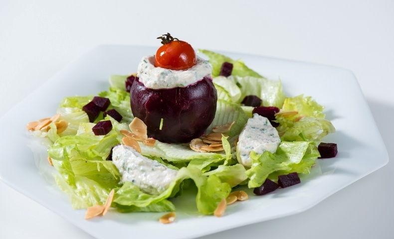 Σαλάτα μαρουλιού με παντζάρι γεμιστό με ανθότυρο, ένα απολαυστικό πιάτο με ελληνικά προϊόντα