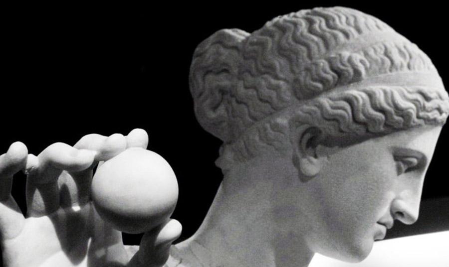 To μήλο ως σύμβολο της θεάς Αφροδίτης (κεφάλι από αρχαιοελληνικό άγαλμα)