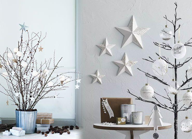 Λευκά, πινελιές χρυσού, φυσικά κλαδιά και κουκουνάρια, λεπτεπίλεπτα φτερά και διαφάνειες αλλά και πολλά πολλά αστέρια καλωσορίζουν τα Χριστούγεννα… με μίνιμαλ στιλ