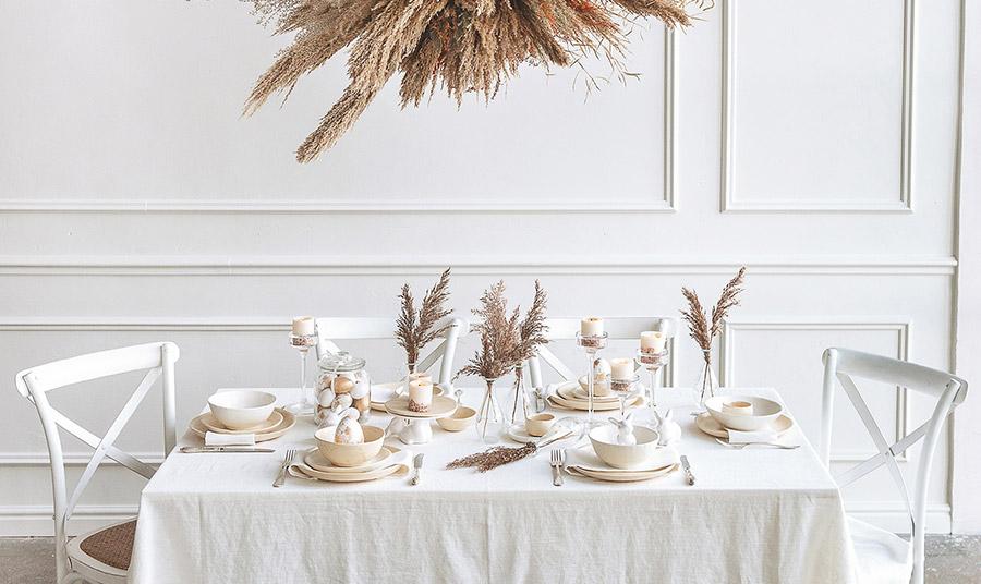 Η τελειότητα της φυσικότητας! Λευκά και γήινες αποχρώσεις σε συνδυασμό με αποξηραμένα φυτά και κεραμικά σερβίτσια που δίνουν την τελική μοντέρνα πινελιά