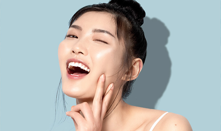 """Ένα από τα trends που κερδίζει τώρα έδαφος είναι το ονομαζόμενο """"mochi skin"""", του οποίου εμπνευστής είναι ο Ban Jae Yong, ένας από τους κορυφαίους πιστοποιημένους δερματολόγους στη Σεούλ."""