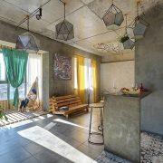Ένας κομψός χώρος που συνδυάζει το industrial ύφος με τη ζεστασιά της περσικής αρχιτεκτονικής