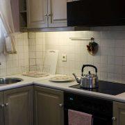 Η κουζίνα με τις απαλά ροζέ αποχρώσεις έχει μία «χαριτωμένη» διάθεση και είναι πλήρως εξοπλισμένη