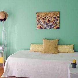 Το «πράσινο» δωμάτιο με ποπ διάθεση. Τα ηλιοτρόπια και οι διακοσμητικές κίτρινες πινελιές συμβάλλουν στη χαρούμενη διάθεσή του