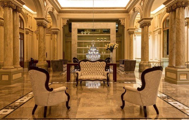 Το αρτ νουβό στιλ με τις χρυσαφιές αποχρώσεις και τα γαλλικού ρυθμού έπιπλα κυριαρχεί στους κοινόχρηστους χώρους του ξενοδοχείου