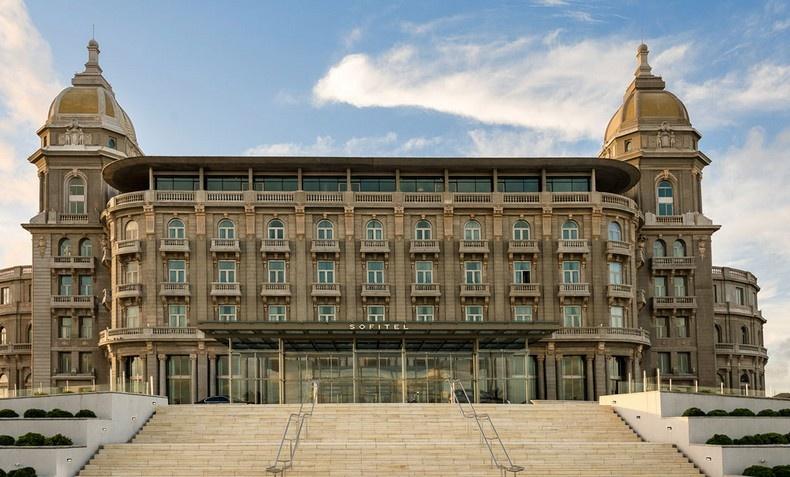 Το εντυπωσιακό τεράστιο κτίριο του Sofitel Montevideo Casino Carrasco & Spa έχει γίνει ο τόπος συνάντησης στο Μοντεβιδέο