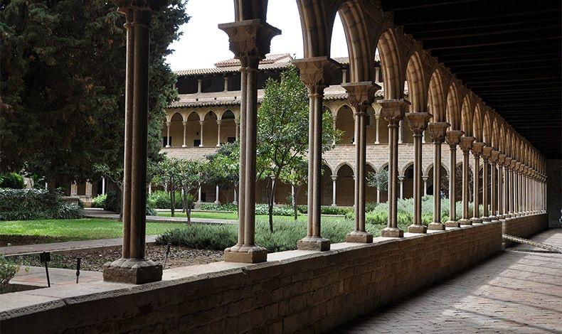 Το κτίσμα Πεντράλμπες στη Βαρκελώνη είναι ένα εντυπωσιακό κτίριο μισό μουσείο, μισό μοναστήρι που σίγουρα θα σας ενθουσιάσει με την ηρεμία και την απλότητά του