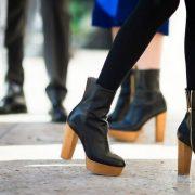 Tα platform boots με ξύλινο τακούνι είναι πολύ της μόδας. Φορέστε τα με οπάκ καλσόν