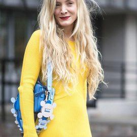 Υπέροχη ανοιξιάτικη ή καλοκαιρινή εμφάνιση ένα κίτρινο φόρεμα με αξεσουάρ σε ανοιχτό γαλάζιο