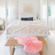 Τα απαλά χρώματα, και τα φυσικά ανάλαφρα σκεπάσματα δημιουργούν τις ιδανικές συνθήκες για καλύτερο ύπνο και ηρεμία, αποβάλλοντας το στρες