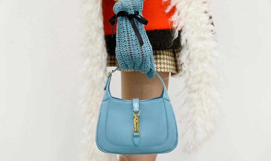 Άψογο λουκ! Η τσάντα Jackie 1961 μπορεί να κρατηθεί εξίσου τέλεια με casual ρούχα, όσο και βραδινά!