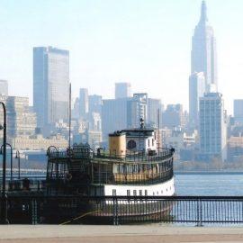 Το ιστορικό φέρι μποτ Yankee αγκυροβολημένο στον ποταμό Χάντσον, με συγκλονιστική θέα στη Νέα Υόρκη
